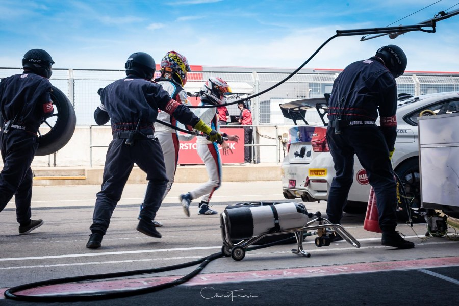 British-GT-pit-stop